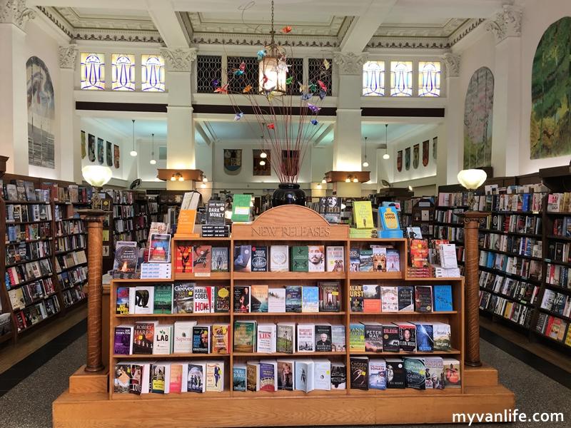 溫哥華旅遊 愛雖逝,書香長流,加拿大最美的孟若書店